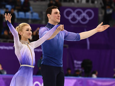Germany's Aljona Savchenko and Germany's Bruno Massot acknowledge the crowd during the venue ceremony after the pair skating free skating of the figure skating event during the Pyeongchang 2018 Winter Olympic Games at the Gangneung Ice Arena in Gangneung on February 15, 2018. / AFP PHOTO / ARIS MESSINIS