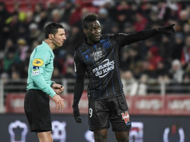 Nice's forward Mario Balotelli talks with referee during the French L1 match against Dijon. AFP
