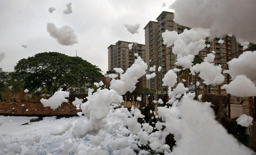 Toxic froth from the polluted Bellandur Lake is blown into the air by wind in Bengaluru, India, April 20, 2017. REUTERS/ Abhishek N. Chinnappa - RC153FD538F0