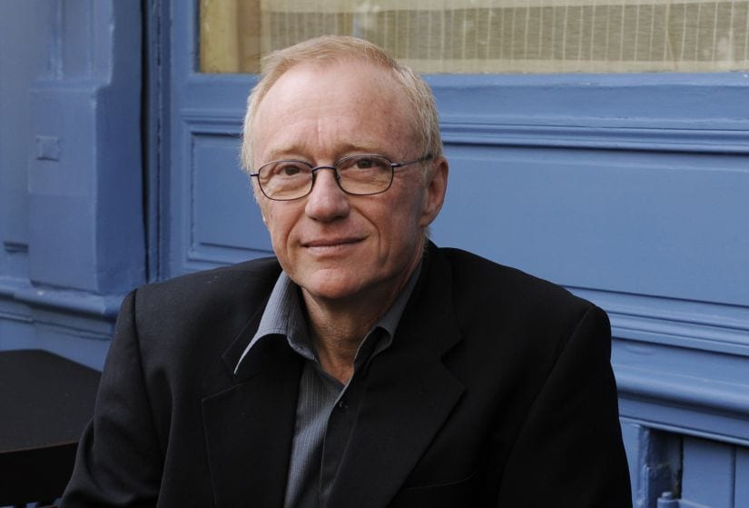 "Israeli author David Grossman poses for photographers after he received the Medicis Foreign book award for his novel ""Une femme fuyant l'annonce"" (To the End of the Land) in Paris November 4, 2011. REUTERS/Gonzalo Fuentes (FRANCE - Tags: SOCIETY ENTERTAINMENT) - PM1E7B414IX01"