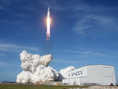 A SpaceX Falcon Heavy rocket lifts off from historic launch pad 39-A at the Kennedy Space Center in Cape Canaveral, Florida, U.S., February 6, 2018. REUTERS/Thom Baur - HP1EE27008RO6