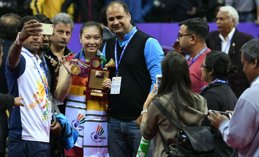 Beiwen Zhang poses with Anand Dubey (L) after winning the India Open.