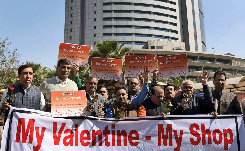 Lovers flock Taj on Valentine's Day, saffron outfits target couples