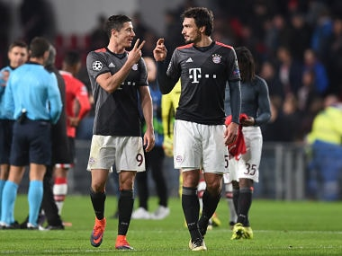 Bayern Munich's Polish striker Robert Lewandowski (L) celebrates with Bayern Munich's defender Mats Hummels at the end of the UEFA Champions League group D football match between PSV Eindhoven and Bayern Munich at the Philips Stadium in Eindhoven on November 1, 2016. / AFP PHOTO / CHRISTOF STACHE