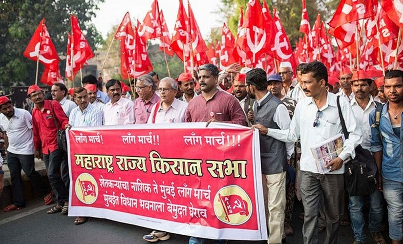 Farmers on the move with flags and banners. Image courtesy: PARI