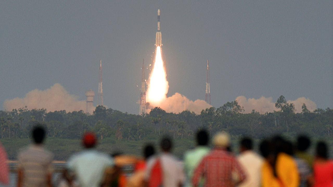 Des observateurs indiens observent le lancement du satellite de communication GSAT-6A de l'ISRO sur le véhicule de lancement de satellites géosynchrones (GSLV-F08) depuis Sriharikota. Image: Getty