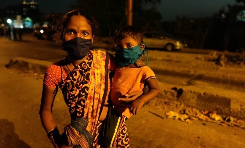 Savita, who hails from Washim, has been walking with her three-year old daughter on her shoulder for 14 hours. Image/Parth MN