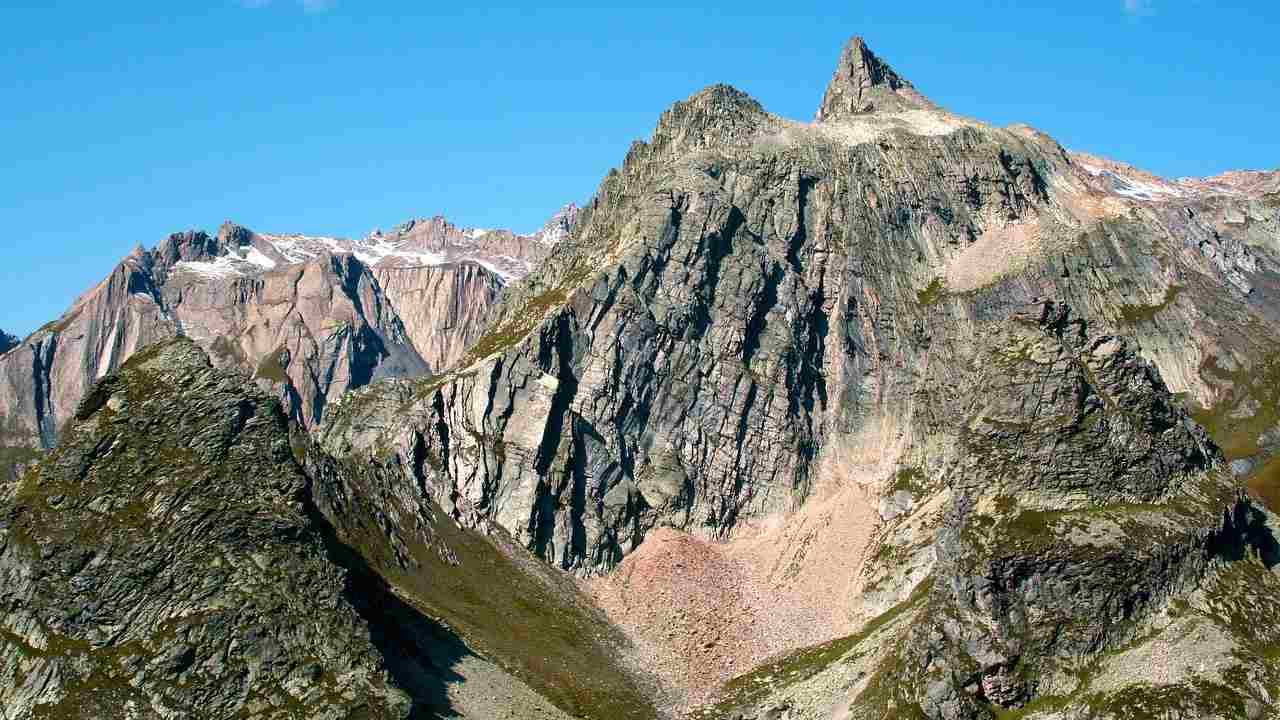 Algae turns Italian Alps pink, prompting concerns over melting