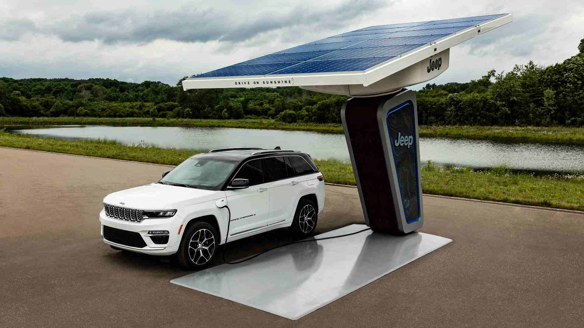 Jeep unveiled the Grand Cherokee 4xe plug-in hybrid at Stellantis EV Day 2021. Image: Jeep