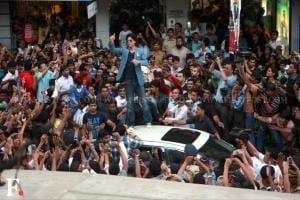 Snapped: Chennai Express halts at Dadar, SRK meets fans