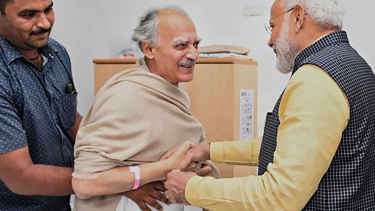 Narendra Modi visits Arun Shourie at Pune hospital, wins over Twitterati for graceful gesture towards staunch critic of his administration - Firstpost