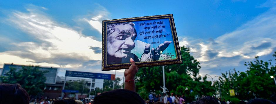 Atal Bihari Vajpayee funeral LIVE updates: Hundreds from all over country queue up to pay last respects to former PM in New Delhi