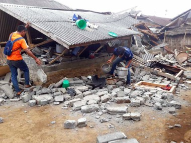Over 200 trapped in Indonesias Lombok after earthquake and landslides cut off escape routes