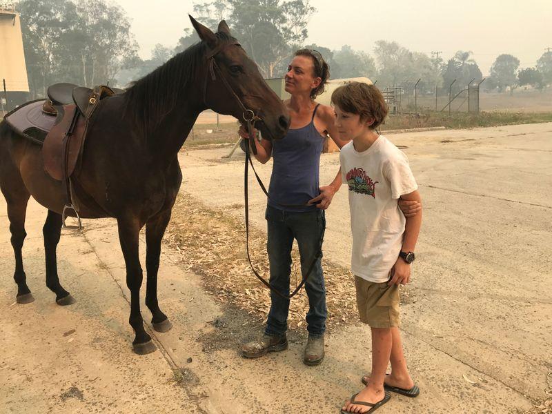 Horse guides rider fleeing Australian bushfires to find safety at pub