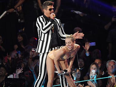 Miley Cyrus' dad supports her raunchy act at MTV VMA