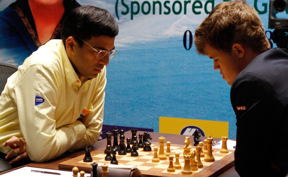 India's Viswanathan Anand (L) plays against Norway's Magnus Carlsen during the FIDE World Chess Championship in the southern Indian city of Chennai November 22, 2013. REUTERS