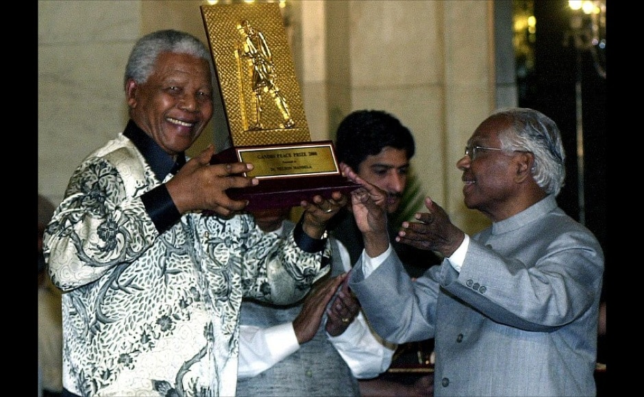 Former South African president Nelson Mandela (L) holds the award of the International Gandhi Peace Prize for social, economic and political transformation which he received from Indian President K. R. Narayanan (R) at the Presidential palace in New Delhi, 16 March 2001. AFP