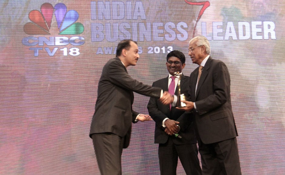 HUL President Nitin Paranjpe receives the outstanding business leader of the year award from mentor Dr Ashok Ganguly.