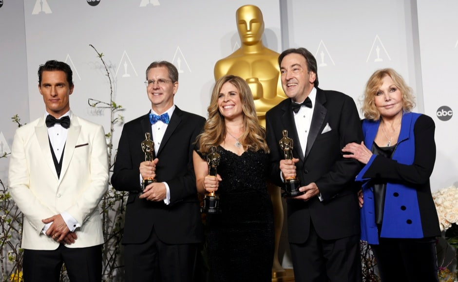 "Chris Buck (2nd L), Jennifer Lee and Peter Del Vecho pose with their awards for best animated feature film for ""Frozen"" with presenters Matthew McConaughey (L) and Kim Novak (R) at the 86th Academy Awards in Hollywood, California March 2, 2014.  REUTERS"