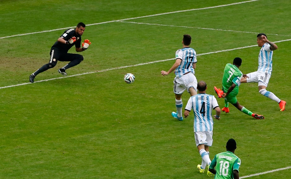 Argentina's goalkeeper Sergio Romero (L) fails to save a goal by Nigeria's Ahmed Musa (2nd R) during their 2014 World Cup Group F soccer match at the Beira Rio stadium in Porto Alegre June 25, 2014.    REUTERS