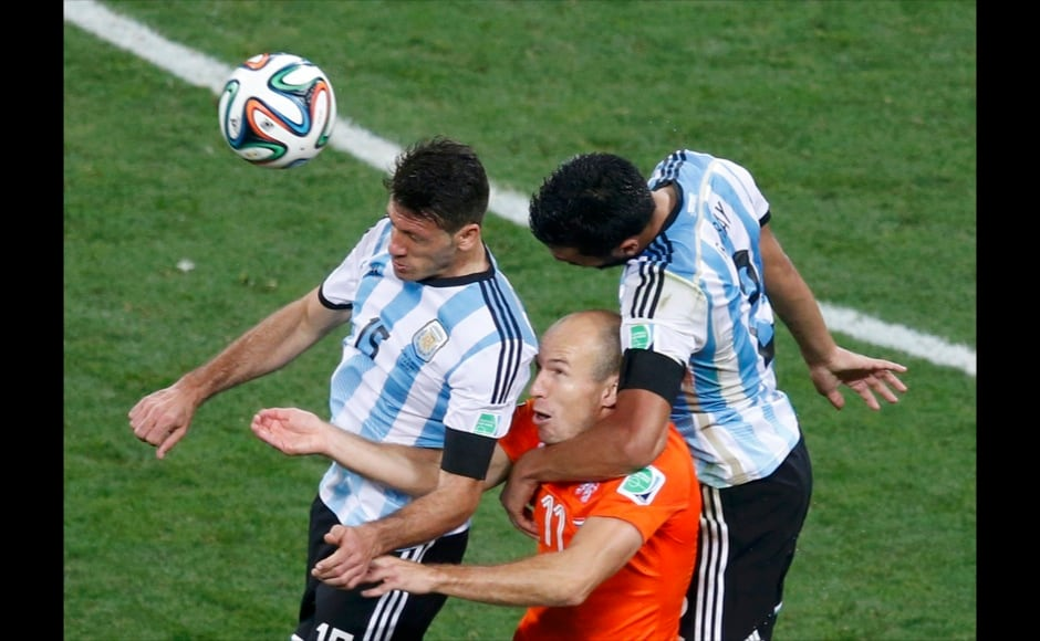 Argentina's Martin Demichelis (L) and Ezequiel Garay (R) fight for the ball against Arjen Robben of the Netherlands during their 2014 World Cup semi-finals at the Corinthians arena in Sao Paulo July 9, 2014. REUTERS
