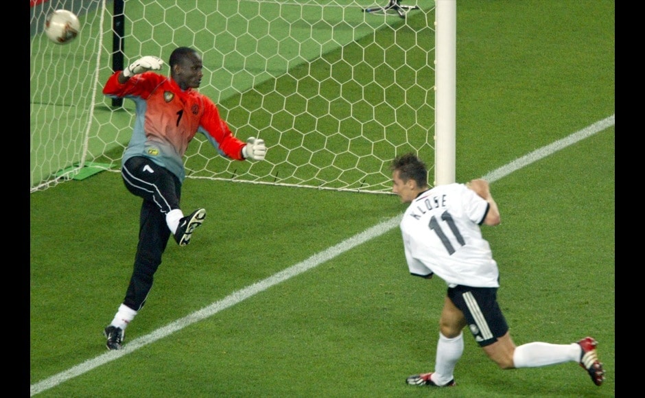 Germany's Miroslav Klose (R) scores a goal past Cameroon's goalkeeper Boukar Alioum during their Group E match at the World Cup Finals in Shizuoka, June 11, 2002. Germany beat Cameroon 2-0. REUTERS/