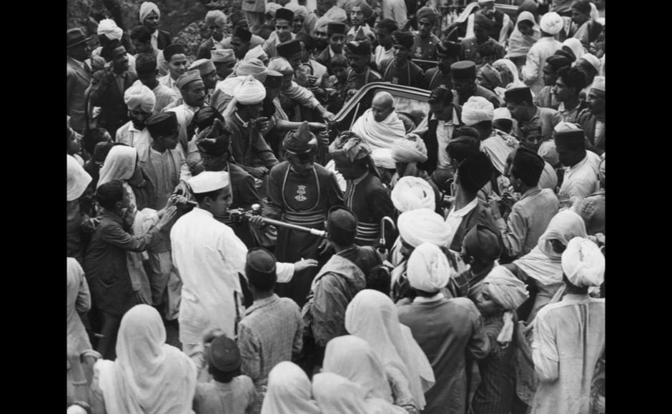 27th August 1940:  Indian nationalist leader and thinker Mahatma Gandhi (Mohandas Karamchand Gandhi) on his way by rickshaw to the Viceregal Lodge to meet the Viceroy of India.  (Photo by Fox Photos/Getty Images)