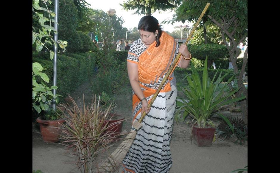 The Union Minister for Human Resource Development, Smt. Smriti Irani initiating Swachh Bharat-Swachh Vidyalaya Campaign, at Kendriya Vidyalaya, R.K.Puram, in New Delhi on September 25, 2014.