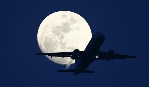 Airlines prepare to hedge more jet fuel to lock in huge savings