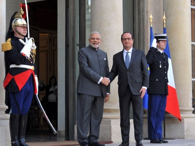 Prime Minister Narendra Modi with the French President Francois Hollande,  in Paris on 10 April 2015. Image courtesy PIB