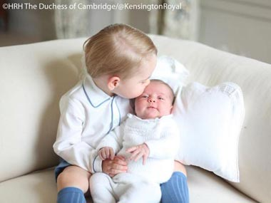 Guess whats really breaking the internet? This cute photo of Prince George and Princess Charlotte
