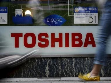 Toshiba Corp to give notice to Western Digital before closing the sale of memory chip unit