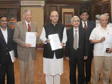 The Chairman of the Committee on Revisiting and Revitalising PPPs in Infrastructure, Vijay Kelkar presenting its report to the Union Minister for Finance, Arun Jaitley, in New Delhi on 19 November  2015. Image courtesy PIB
