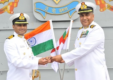 Capt. Suraj Berry exchanges the baton with Capt. Krishna Swaminathan, on his taking over the Command of INS Vikramaditya at Karwar on 2 November, 2015. Image: PIB