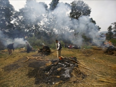 People cremate the bodies of the victims of an earthquake in Bhaktapur