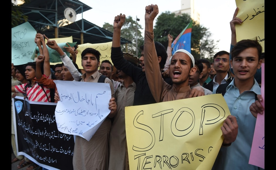 Students of Islami Jamiat Talaba (IJT) shout slogans against the militants' attack on Bacha Khan university, in Karachi on January 20, 2016. At least 21 people died in a Taliban assault on a university in Pakistan, where witnesses reported two large explosions as security forces moved in under dense fog to halt the bloodshed. AFP PHOTO / Asif HASSAN / AFP / ASIF HASSAN