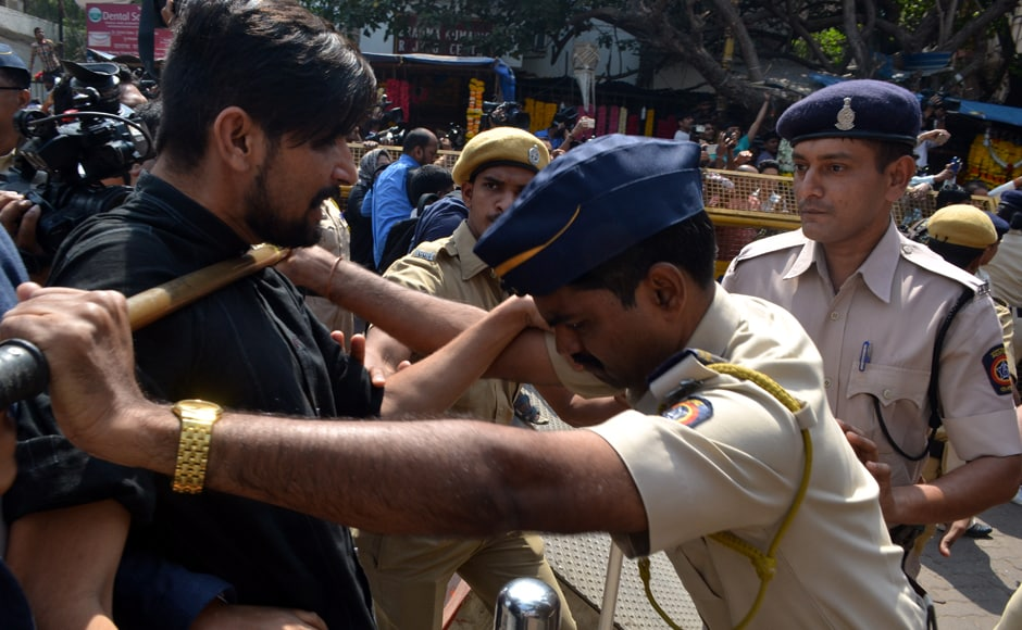 Policemen beat up photojournalists outside Siddhivinayak temple trying to get shots of Sanjay Dutt