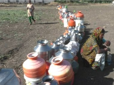 People wait in a queue for water on the outskirts of Latur city. Image courtesy: aajlatur.com