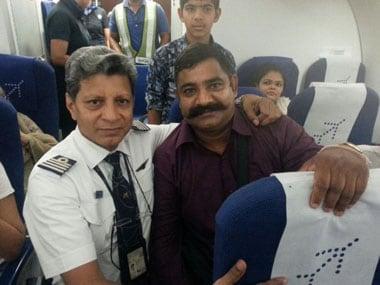 Former IAF fighter pilot and IndiGo captain Harish Nayani with Kargil hero Naik Deep Chand. Image from IndiGo Twitter handle