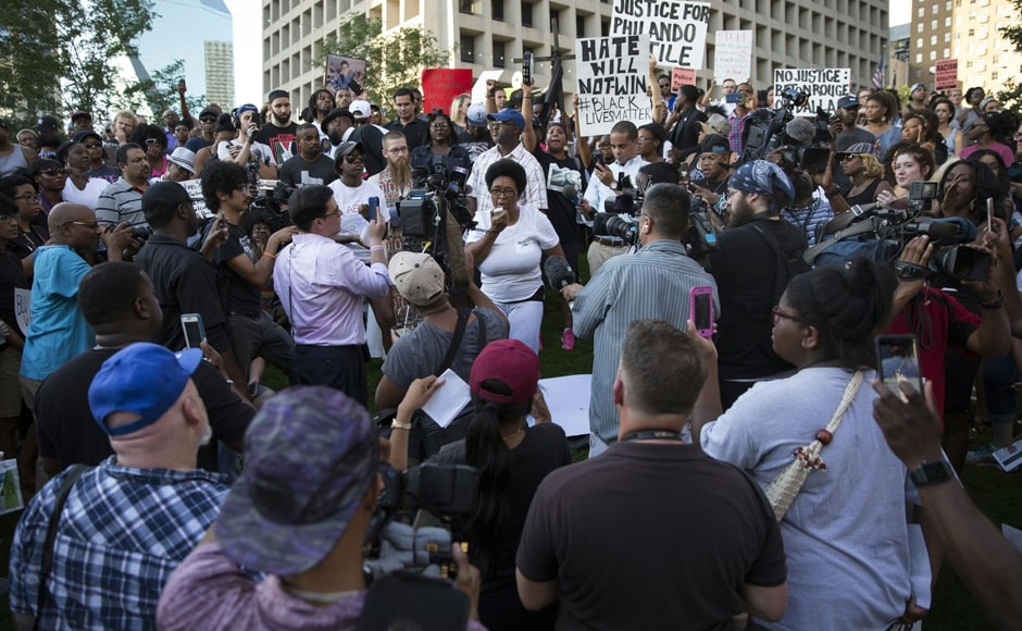 Governor Mark Dayton pledged to push for a full and independent inquiry by the Department of Justice -- which is already investigating the police shooting of a black man caught on video two days earlier in Louisiana. AFP