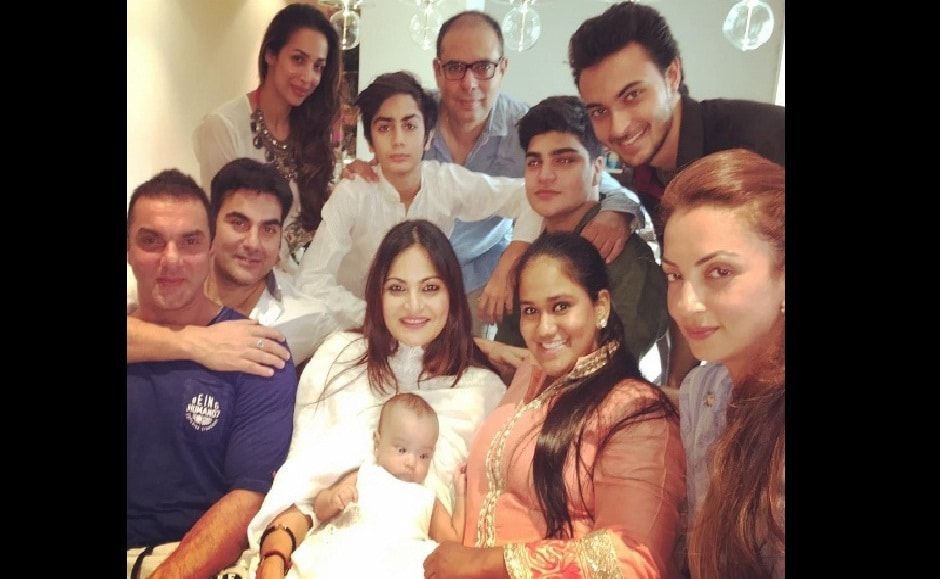 The Khan family with Malaika Arora and Arbaaz Khan. Image from Arpita Khan Sharma's instagram account.