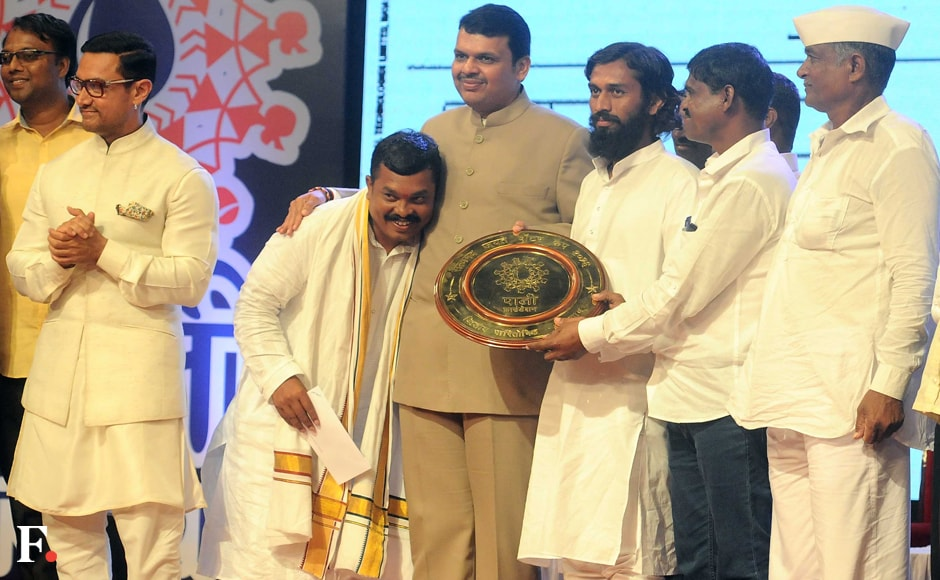 The first prize worth Rs 50 lakhs went to Velu village in Koregaon tehsil. Second prize of Rs 30 lakhs was shared by Khapartone and Jaigaon villages in Ambejogai and Koregaon tehsils, respectively. Aamir Khan and Devendra Fadnavis felicitated the awards. Sachin Gokhale/Firstpost