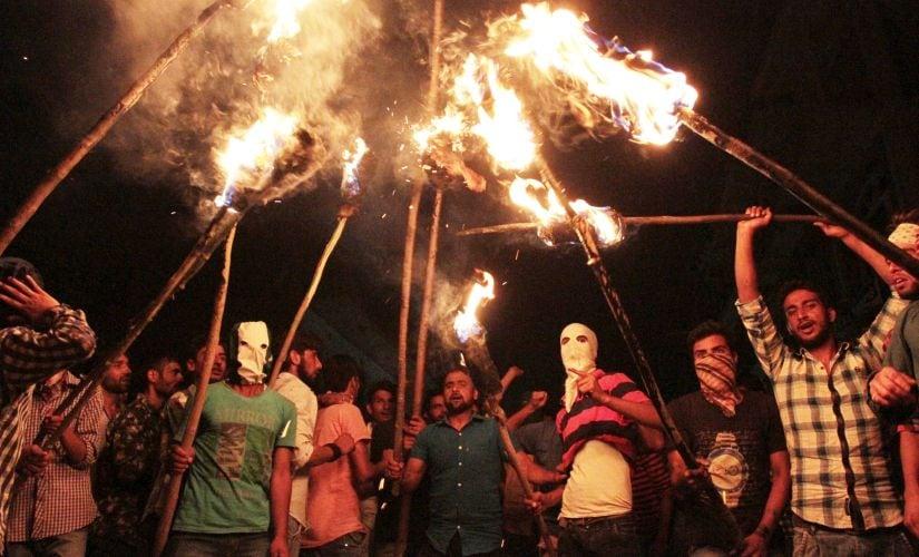Protestors wear masks. Firstpost/Ishfaq Naseem