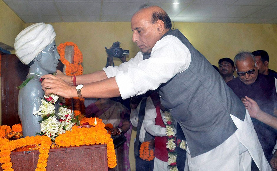Home Minister Rajnath Singh payshomage to statue of freedom fighter Birsa Munda at Ulihatu village near Khunti district of Jharkhand. Taking a dig at the Congress, Singh had said that those who ledthe country since independence were not ableto take the nation forward. PTI