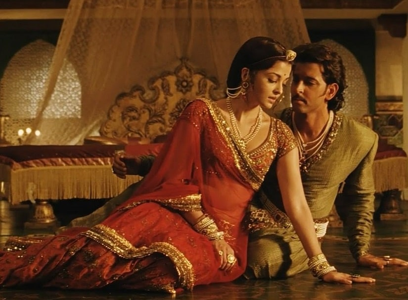 Aishwarya Rai Bachchan and Hrithik Roshan in a still from Jodhaa Akbar