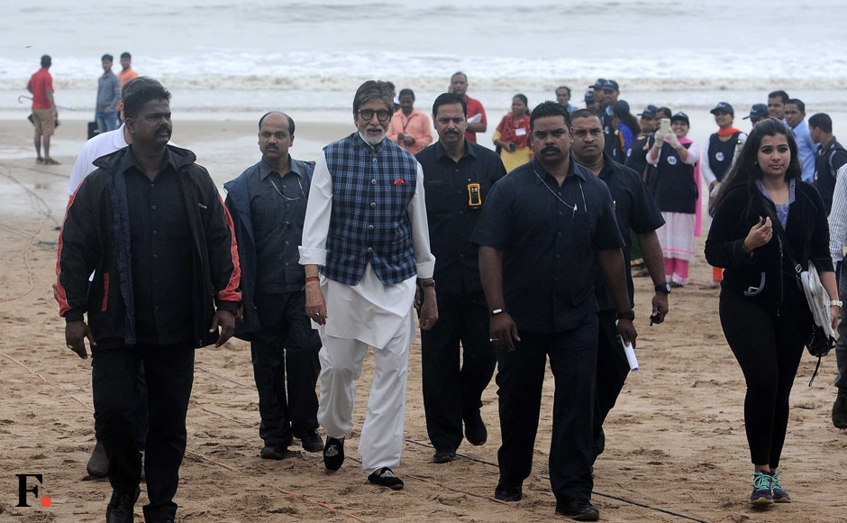 Sunday saw Amitabh Bachchan report to the beach — but not for a pleasant seaside stroll. Instead, Bachchan Sr was reporting for duty as the ambassador of the Swachh Bharat Abhiyan campaign. Image by Sachin Gokhale/Firstpost