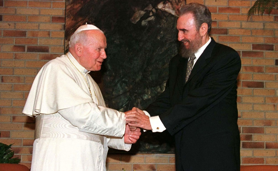 This file photo taken on 21 January, 1998 shows Pope John Paul II (L) greeted by Cuban President Fidel Castro at the Palace of the Revolution in Havana just prior to their private talks. (Photo: Reuters/AP)
