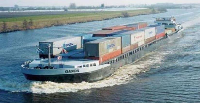 2_waterways-barges-on-Ganges
