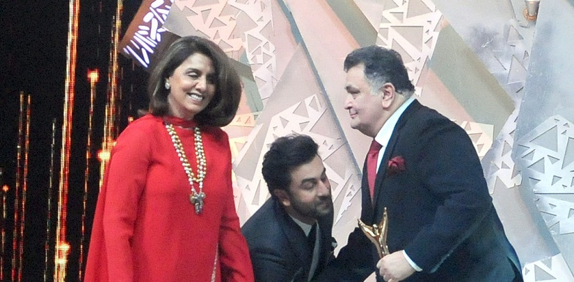 Neetu Kapoor and Ranbir Kapoor present the Best Supporting Actor of The Year award to Rishi Kapoor. Sachin Gokhale/Firstpost