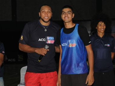 Shawn Marion with a young athlete at the ACG NBA Jump event in Mumbai. Image credit: NBA